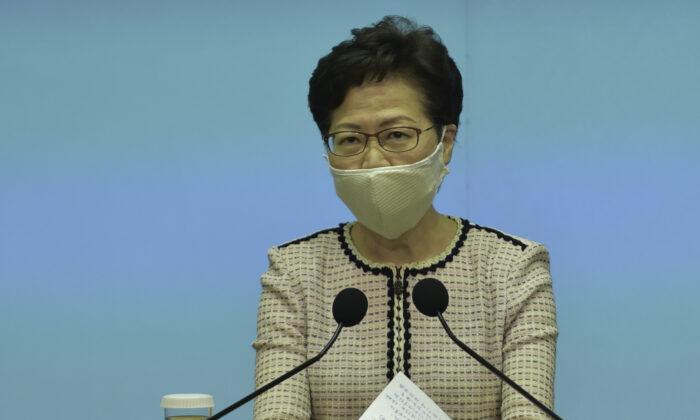 La líder de Hong Kong Carrie Lam habla durante su conferencia de prensa semanal en Hong Kong el 23 de junio de 2020. (Bill Cox/The Epoch Times)