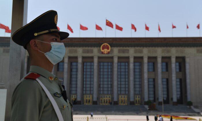 Un policía paramilitar chino hace guardia frente al Gran Salón del Pueblo antes de la sesión de clausura del Congreso Nacional del Pueblo en Beijing, China, el 28 de mayo de 2020. (Nicolas Asfouri/AFP vía Getty Images)