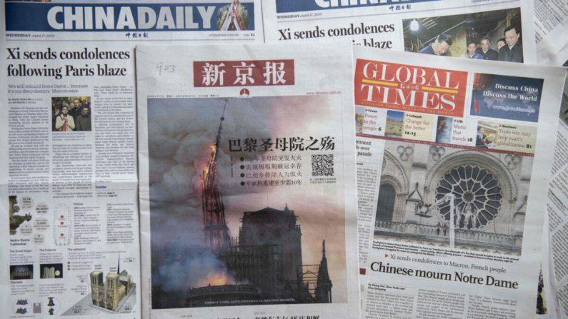Portadas del China Daily (I), el Beijing News (C) y el Global Times (D) con el desastre de la Catedral de Notre-Dame, en Beijing el 17 de abril de 2019. (Nicolas Asfouri/AFP vía Getty Images)