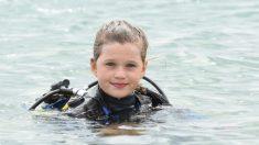 """Valiente niña es la """"más joven del mundo"""" en nadar con tiburones sin jaula"""