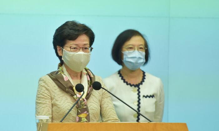 La líder de Hong Kong, Carrie Lam (al frente), celebra su conferencia de prensa semanal en Hong Kong el 2 de junio de 2020. (Bill Cox/The Epoch Times)