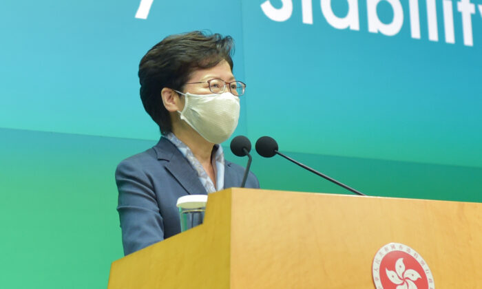 La líder de Hong Kong, Carrie Lam, habla en una conferencia de prensa en Hong Kong el 9 de junio de 2020. (Bill Cox/The Epoch Times)