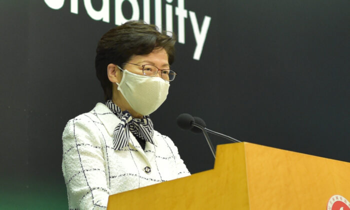 La líder de Hong Kong, Carrie Lam, durante una conferencia de prensa en Hong Kong el 16 de junio de 2020. (Bill Cox/The Epoch Times)