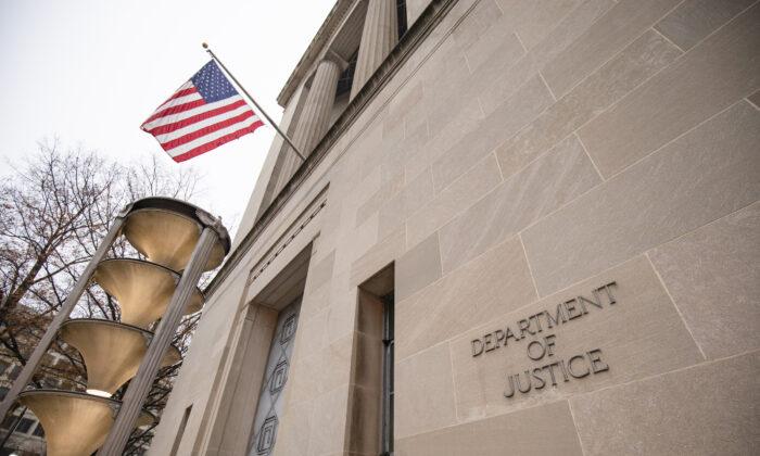 El edificio del Departamento de Justicia en una mañana de niebla en Washington el 9 de diciembre de 2019. (Samuel Corum/Getty Images)