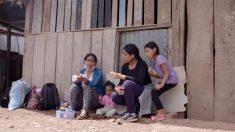 Mamá huye a su hogar en Amazonas tras encierro por COVID-19 en Perú, camina varias millas con sus hijas