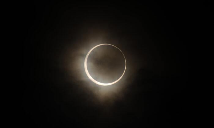 Un eclipse anular solar se observa en Tokio, Japón, el 21 de mayo de 2012. (Masashi Hara/Getty Images)