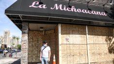 En medio de los disturbios, mexicano se para afuera de su negocio de helados y suplica a saqueadores
