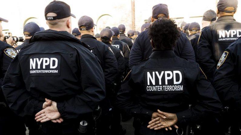 Miembros del Comando de Respuesta Crítica (CRC) del Departamento de Policía de la Ciudad de Nueva York forman ante sus superiores. EFE/JUSTIN LANE/Archivo