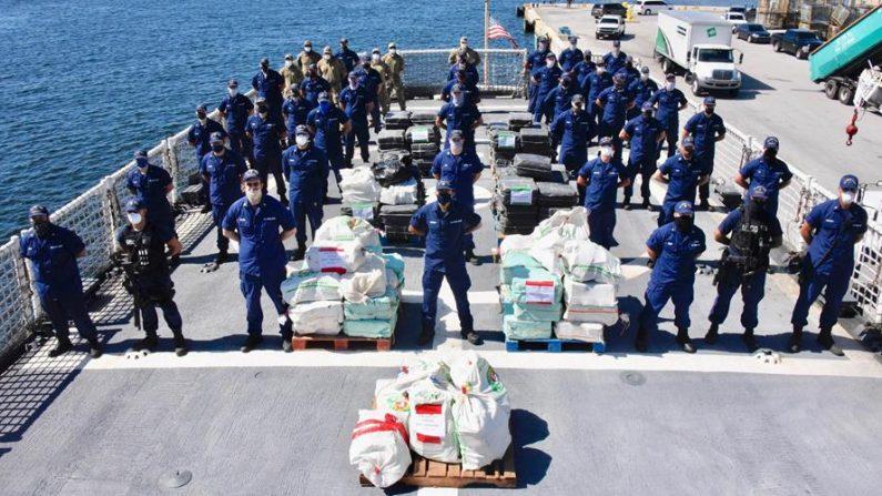 Fotografía cedida el 25 de junio de 2020 por la Guardia Costera estadounidense donde aparecen unos miembros de la tripulación del buque Vigilant (WMEC-617) mientras posan junto a los bultos de cocaína decomisados el 23 de junio de 2020 en el Puerto Everglades, Florida (Estados Unidos). EFE/Brandon Murray/Guardia Costera EE.UU.
