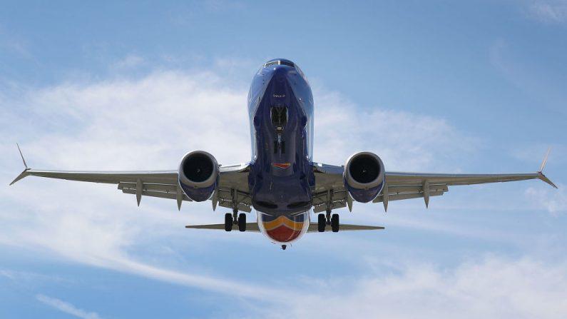Un Boeing 737 Max 8 del suroeste, en ruta desde Tampa, se prepara para aterrizar en el aeropuerto internacional de Fort Lauderdale-Hollywood el 11 de marzo de 2019 en Fort Lauderdale, Florida (EE.UU.). (Foto de Joe Raedle/Getty Images)