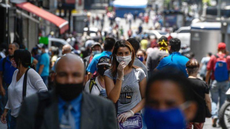 La gente lleva máscaras para la cara mientras camina por el Boulevard Sabana Grande en Caracas (Venezuela), el 3 de junio de 2020. (Foto de FEDERICO PARRA/AFP vía Getty Images)