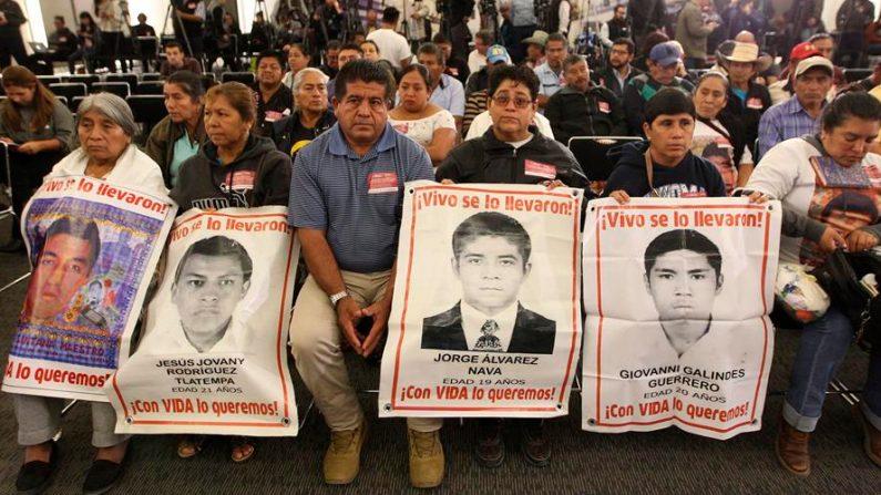 Familiares de los jóvenes desaparecidos de la normal rural de Ayotzinapa acudieron a la instalación de la Comisión Presidencial para la Verdad y Acceso a la Justicia en el Caso Ayotzinapa, en Ciudad de México (México). EFE/Mario Guzmán/Archivo