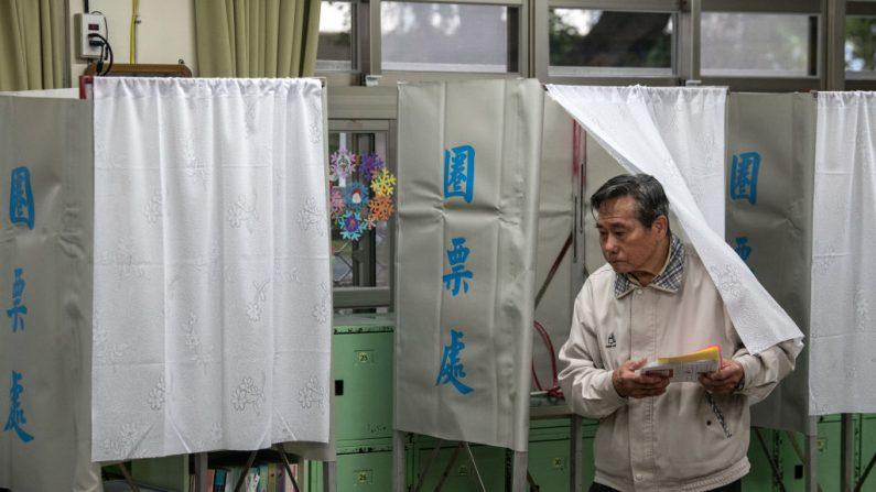 Un hombre sale de una cabina de votación mientras vota en las elecciones presidenciales del 11 de enero de 2020, en Taipei, Taiwán. (Carl Court/Getty Images)