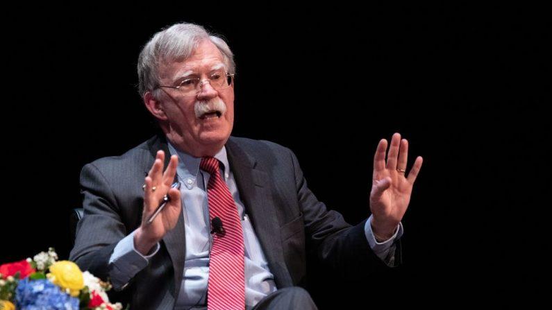 El exasesor de Seguridad Nacional John Bolton habla en el escenario durante un debate público en la Universidad de Duke en Durham, Carolina del Norte, el 17 de febrero de 2020. (LOGAN CYRUS/AFP/Getty Images)