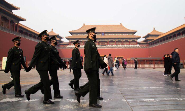 Agentes de policía chinos caminan frente a la entrada del Museo del Palacio en Beijing, China, el 26 de enero de 2020. (Betsy Joles/Getty Images)