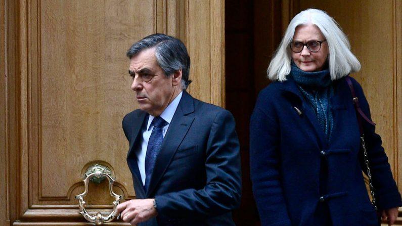 El ex primer ministro francés François Fillon (c) y su esposa Penélope (d) salen de su casa el 24 de febrero de 2020 en París (Francia). (Foto de MARTIN BUREAU/AFP vía Getty Images)