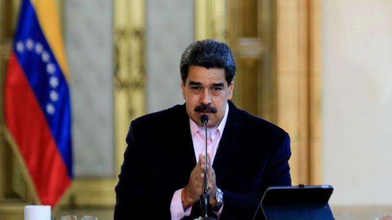 """Foto de la administración venezolana que muestra al dictador venezolano, Nicolás Maduro, hablando durante un anuncio televisivo, en el Palacio Presidencial de Miraflores en Caracas, el 26 de marzo de 2020, después de que el Departamento de Justicia de EE.UU. lo acusara de """"narcoterrorismo"""". (JHONN ZERPA/Presidencia de Venezuela/AFP a través de Getty Images)"""