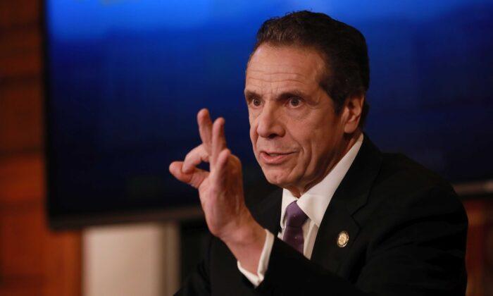 El gobernador de Nueva York, Andrew Cuomo, da una conferencia de prensa sobre la crisis del virus del PCCh, en Albany, N.Y., el 17 de abril de 2020. (Matthew Cavanaugh/Getty Images)