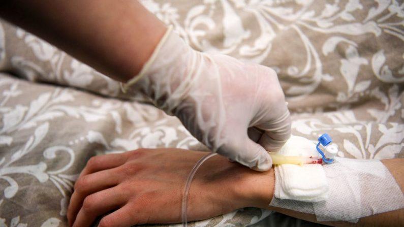 Un paciente recibe una infusión de solución intravenosa en una clínica el 25 de abril de 2020. (KUDRYAVTSEV/AFP vía Getty Images)