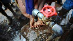 Niño keniano de 9 años inventa máquina para lavarse las manos con pedales y lo premia el presidente