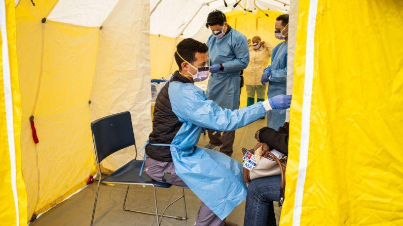 Médicos examinan al personal del hospital con síntomas similares a la gripe para detectar COVID-19 en el hospital St. Barnabas en la ciudad de Nueva York, NY, el 20 de marzo de 2020. (Misha Friedman/Getty Images)