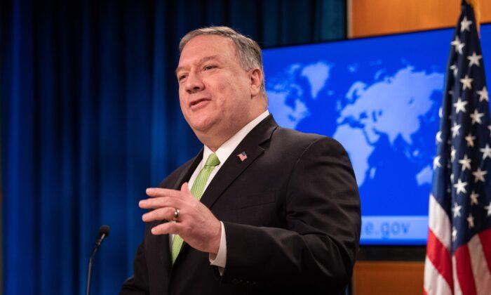 El Secretario de Estado Mike Pompeo habla en la conferencia de prensa en el Departamento de Estado en Washington el 20 de mayo de 2020. (Nicholas Kamm/AFP vía Getty Images)