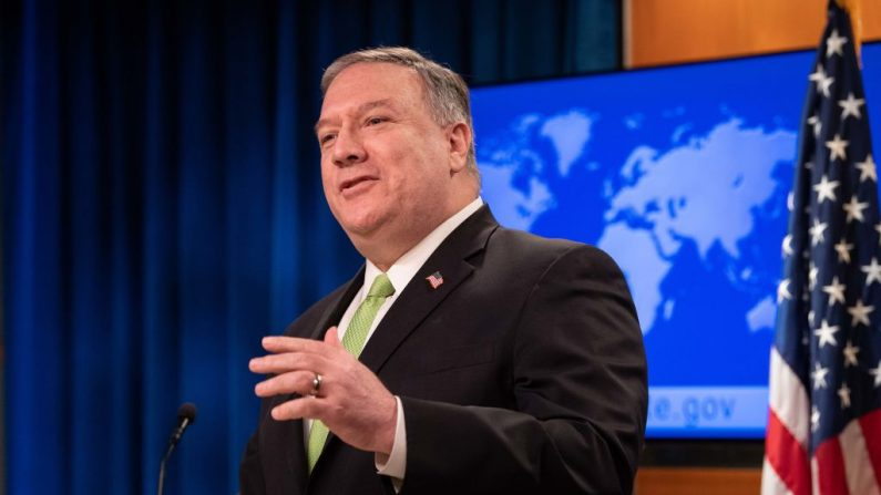 El secretario de Estado Mike Pompeo habla en la prensa en el Departamento de Estado en Washington el 20 de mayo de 2020. (Nicholas Kamm / AFP a través de Getty Images)