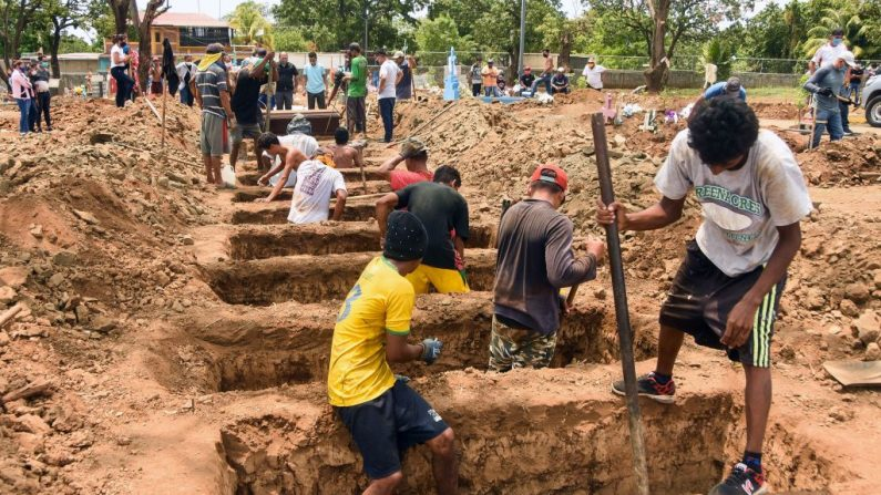 Trabajadores cavan tumbas en el cementerio de Caminos del Cielo en Managua (Nicaragua) el 23 de mayo de 2020 durante la pandemia de  COVID-19. (Foto de ISIDRO HERNANDEZ/AFP vía Getty Images)