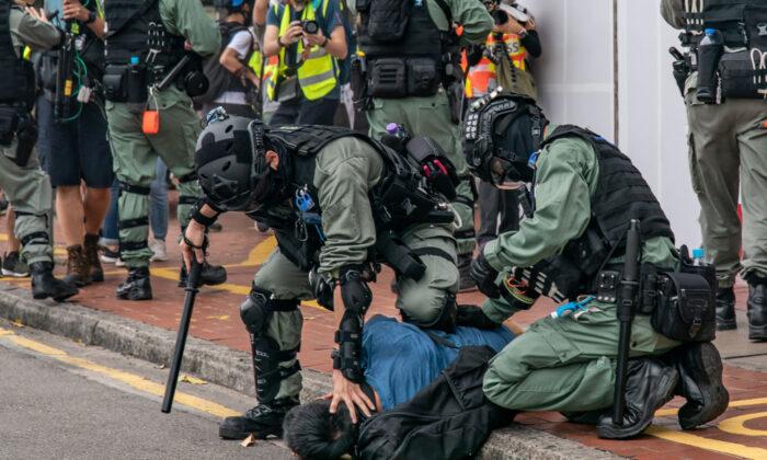 Un manifestante prodemocracia es detenido por la policía antidisturbios durante una protesta en Hong Kong el 24 de mayo de 2020. (Anthony Kwan/Getty Images)