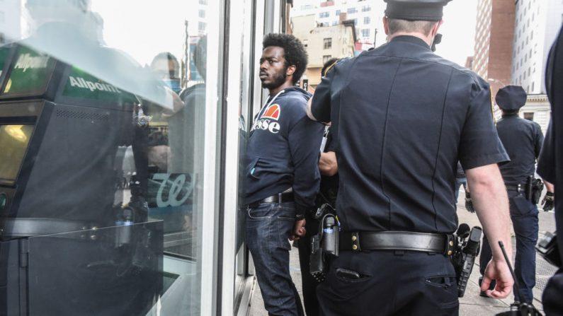 Un manifestante es detenido por la policía durante un mitin contra la muerte de George Floyd, un hombre de Minneapolis, Minnesota, a manos de la policía el 28 de mayo de 2020 en Union Square en la ciudad de Nueva York. (Stephanie Keith/Getty Images)