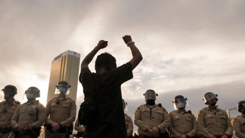 Un manifestante se enfrenta a la policía en Las Vegas, Nevada el viernes 29 de mayo de 2020. (BRIDGET BENNETT/AFP vía Getty Images)