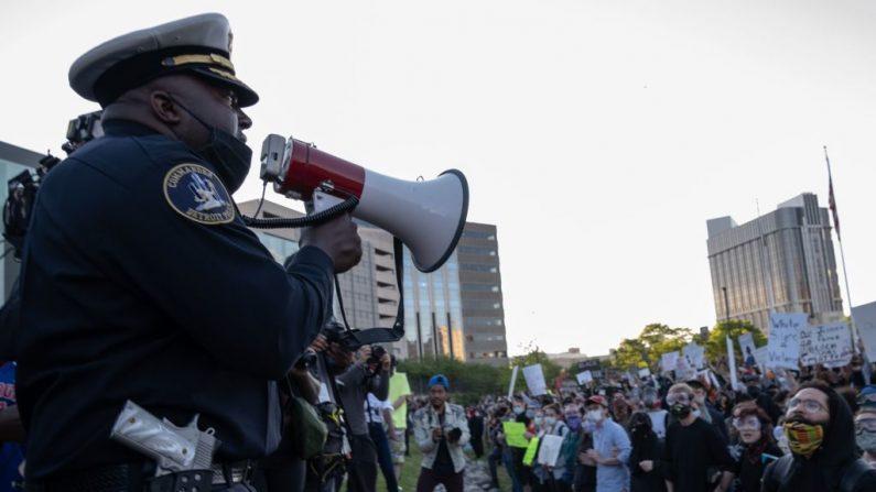 Oficiales policía hablan con los manifestantes frente a la estación de policía, en Detroit, Michigan, el 31 de mayo de 2020. (Seth Herald / AFP/ Getty Images)