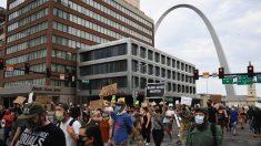 Abogados de Missouri que enfrentaron a manifestantes con armas están bajo investigación, según fiscal