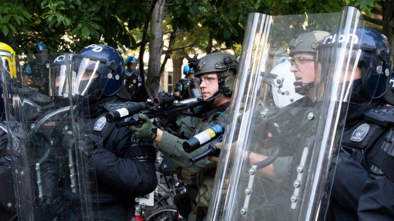 Oficiales de policía con equipo antidisturbios dispararon balas de goma a los manifestantes fuera de la Casa Blanca, 1 de junio de 2020, en Washington D.C. (JOSE LUIS MAGANA/AFP a través de Getty Images)