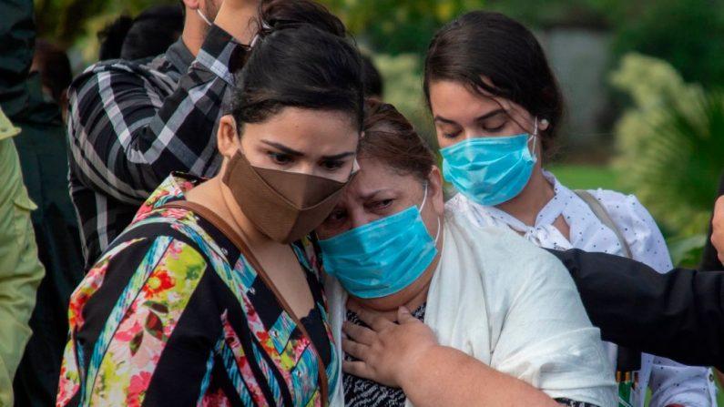Familiares asisten al funeral del pastor evangélico José Ovidio Valladares de la Comunidad Evangélica de Restauración, quien murió presuntamente por COVID-19, en el Cementerio Jardines del Recuerdo de Managua (Nicaragua) el 5 de junio de 2020. (Foto de INTI OCON/AFP vía Getty Images)
