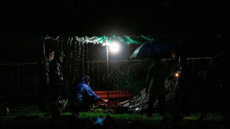 """Los sepultureros preparan un ataúd para ser enterrado en Managua, Nicaragua, el 8 de junio de 2020 para una noche de """"entierro exprés"""", un procedimiento que ha estado en vigor desde el comienzo de la pandemia del COVID-19. (Foto de INTI OCON/AFP vía Getty Images)"""