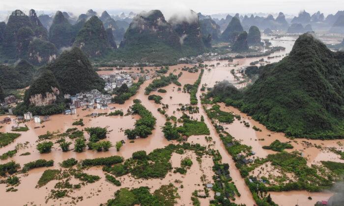 Las calles y edificios sumergidos después de las fuertes lluvias causaron inundaciones en Yangshuo, en el sur de la región china de Guangxi, el 7 de junio de 2020. (STR/AFP a través de Getty Images)