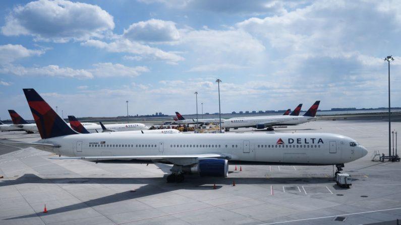 Los aviones de Delta Airlines se encuentran en la pista del aeropuerto John F. Kennedy (JFK), el 16 de abril de 2020 en la ciudad de Nueva York (EE.UU.). (Foto de Spencer Platt/Getty Images)