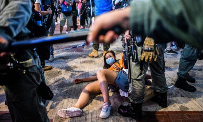 Algunas personas fueron detenidas cuando varios manifestantes prodemocracia se reunieron en el distrito de Causeway Bay de Hong Kong el 12 de junio de 2020. (Anthony Wallace/AFP vía Getty Images)