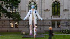 Estatua de 6 metros en Letonia rinde homenaje a trabajadores de salud que luchan contra COVID-19 en el mundo