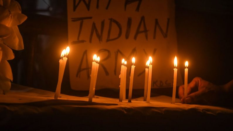 Los trabajadores y simpatizantes del Congreso encienden velas para rendir homenaje a los soldados que perdieron la vida tras un reciente enfrentamiento entre India y China, en Kolkata, India, el 17 de junio de 2020. (DIBYANGSHU SARKAR/AFP a través de Getty Images)