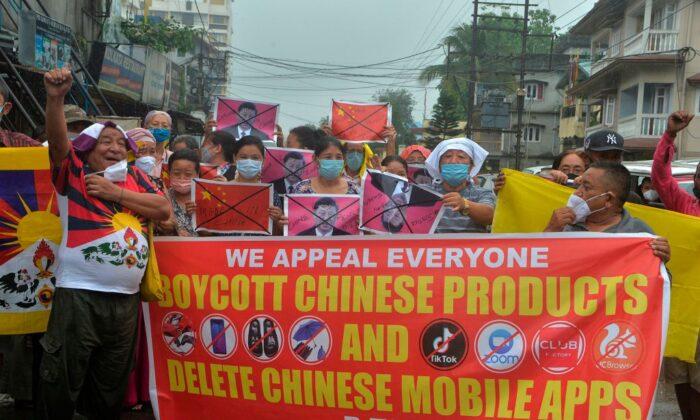 Activistas indios junto con tibetanos viviendo en el exilio gritan frases anti chinos durante una manifestación contra China en Siliguri el 20 de junio de 2020. (Diptendu Dutta/AFP via Getty Images)