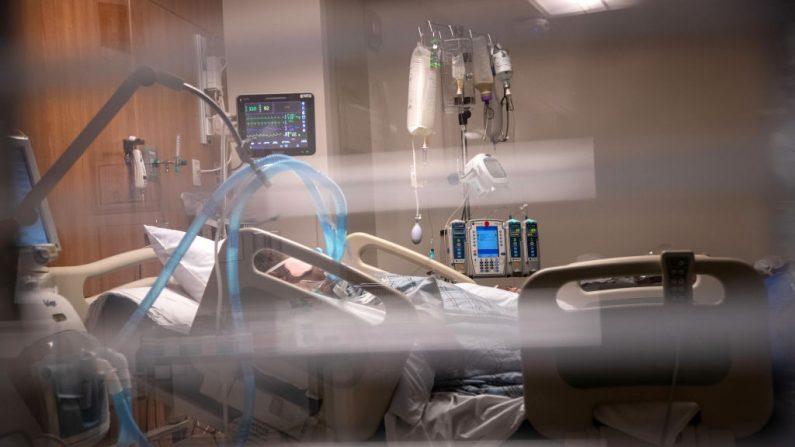 Tubos de respiración cuelgan junto a un hombre con COVID-19 conectado a un respirador, en la Unidad de Cuidados Intensivos del Hospital de Stamford, Connecticut, el 24 de abril de 2020. (John Moore/Getty Images)