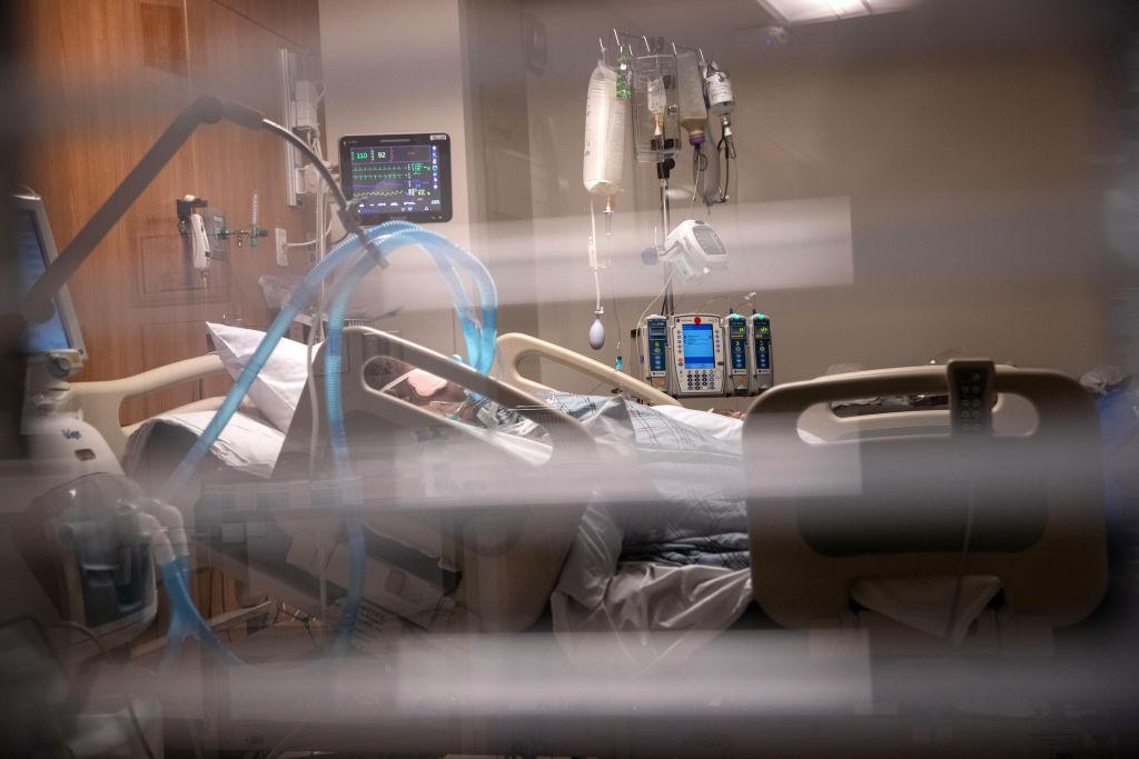 Muertes por COVID-19 en EE.UU. están empeorando, pero muy por debajo del pico pandémico: CDC