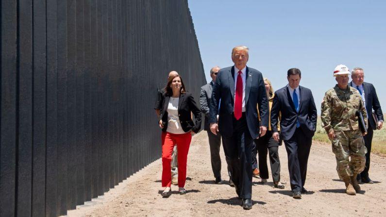 El presidente de Estados Unidos, Donald Trump, participa en una ceremonia que conmemora las 200 millas de muro fronterizo en la frontera internacional con México en San Luis, Arizona, el 23 de junio de 2020. (SAUL LOEB/AFP via Getty Images)