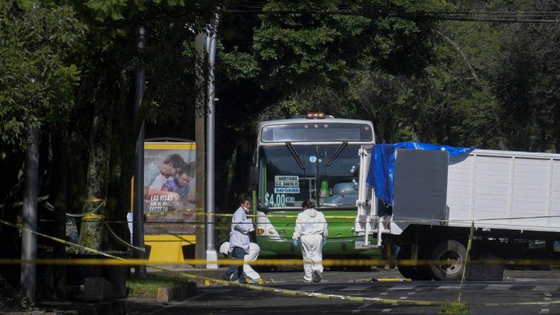 Los expertos trabajan en la escena del crimen después de que el Secretario de Seguridad Pública de la Ciudad de México, Omar García Harfuch, fuera herido en un atentado en la Ciudad de México (México), el 26 de junio de 2020. (Foto de PEDRO PARDO/AFP vía Getty Images)