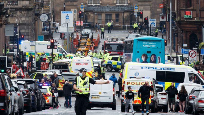 La policía asiste a la escena de un incidente de apuñalamiento fatal en el Hotel Park Inn en el centro de Glasgow (Escocia) el 26 de junio de 2020. (Foto de ROBERT PERRY/AFP vía Getty Images)