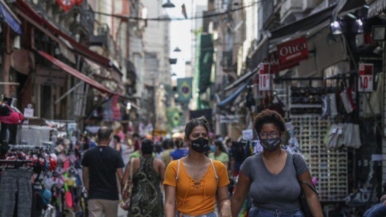 Compradores con máscaras faciales caminan en el centro comercial de Saara en medio de la pandemia de COVID-19 el 27 de junio de 2020 en Río de Janeiro, Brasil. (Foto de Andre Coelho/Getty Images)