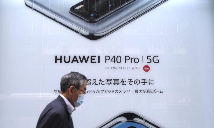 Un hombre pasa por delante de un anuncio del último smartphone de la empresa china de telecomunicaciones Huawei en Tokio. (KAZUHIRO NOGI/AFP vía Getty Images)