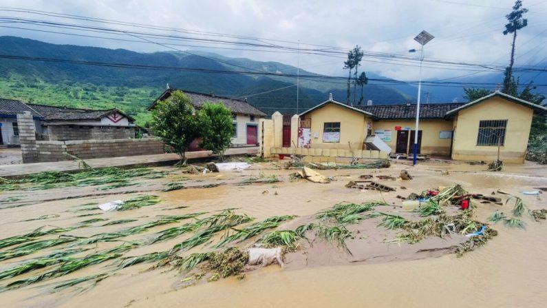 Las calles sumergidas y los edificios inundados después de una inundación en el condado de Mianning, en la provincia de Sichuan, al suroeste de China, el 27 de junio de 2020. (STR/AFP vía Getty Images)